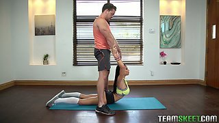 Flexible tanned sporty girl Victoria June finds it awesome to suck lollicock