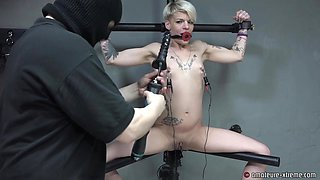 LolaDevil on the leg spreader squirts after machine fucking