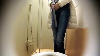 Hot ass chick peeing in toilet