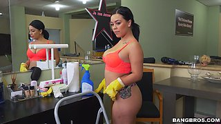 kimmy kush's natural tits shake while she scrubs