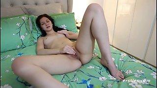 Amateur brunette rubbing clit while fucking dildo ersties