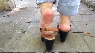 Exibindo meus pes sandalia salto alto cone